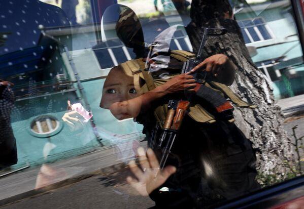 Рейд спецназа в местах проживания узбеков для выявления лиц, принимавших участие в беспорядках - Sputnik Mundo