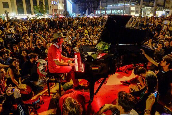 Мужчина играет на рояле для протестующих на площади Таксим в Стамбуле - Sputnik Mundo