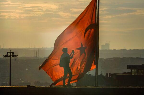 Турецкий флаг на площади Таксим в Стамбуле - Sputnik Mundo