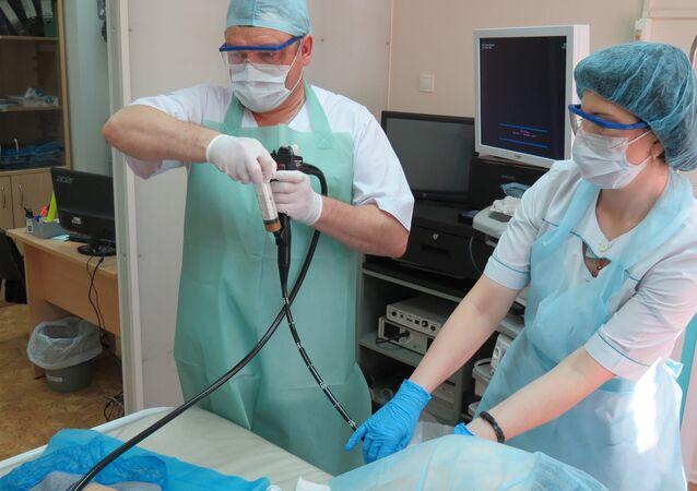 El trasplante de microbiota fecal a través de una colonoscopía