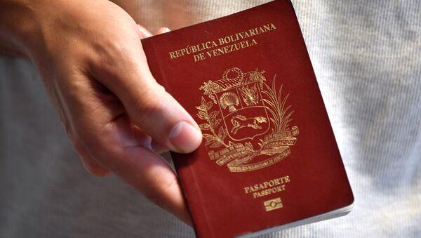 Un pasaporte venezolano (archivo) - Sputnik Mundo