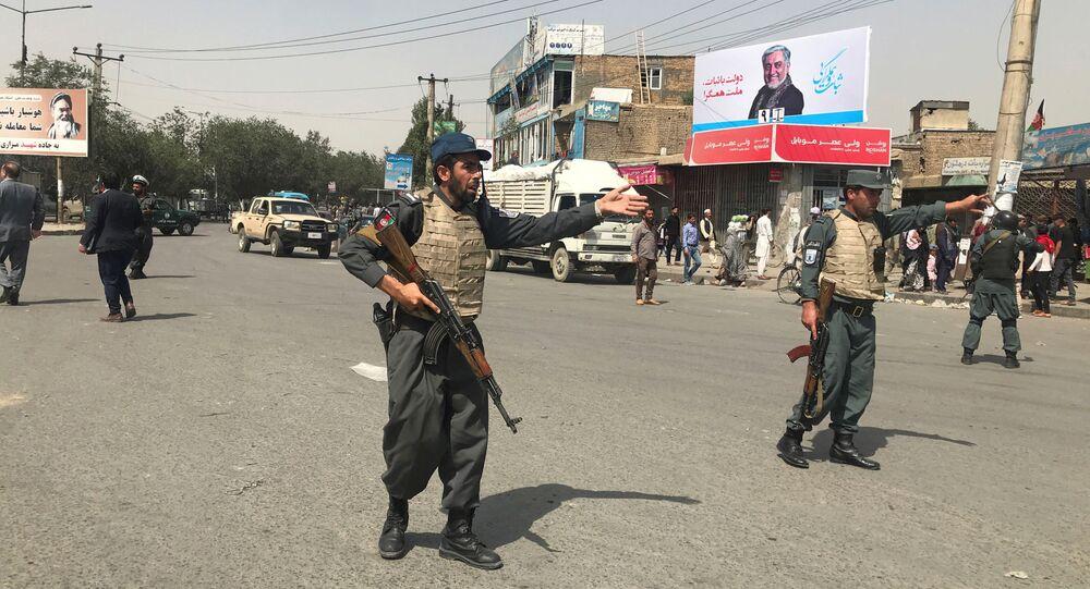 Policía afgana en el lugar de la explosión de un coche bomba