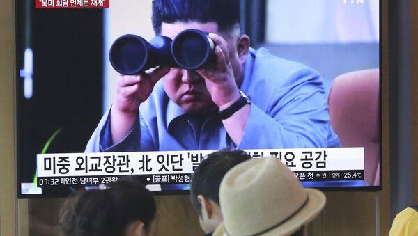 Лидер КНДР Ким Чен Ын в новостном сюжете на экране телевизора в Южной Корее  - Sputnik Mundo