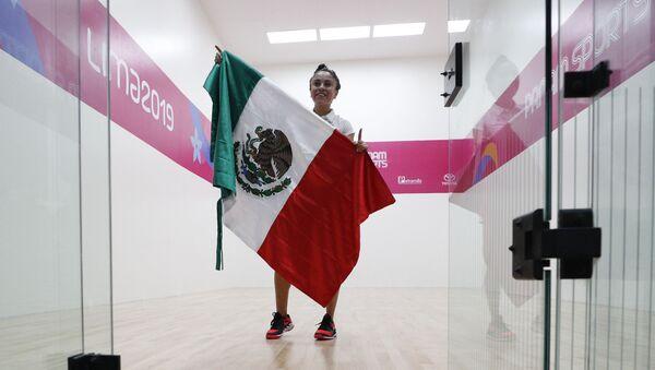Paola Longoria sostiene la bandera de México tras derrotar a la argentina María Vargas - Sputnik Mundo