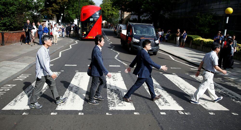 Turistas se toman una fotografía en la cebra de Abbey Road, 50 años después que los Beatles
