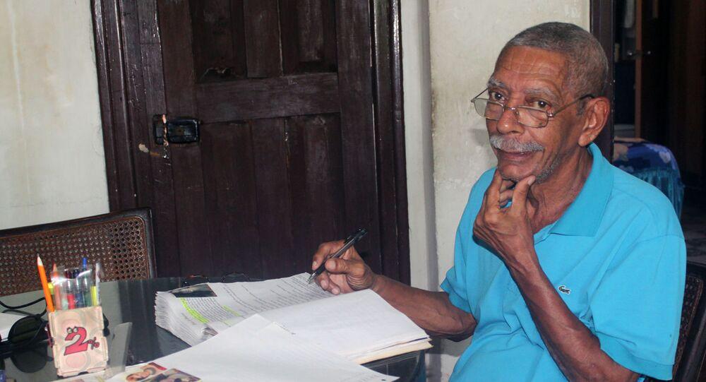 Luis Medina, el cubano que construye una Wikipedia cinematográfica a mano, con sus libros de cine