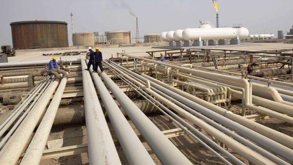 Trabajadores iraquíes caminan en oleoductos de una refinería de petróleo en la ciudad de Zubair, cerca de la ciudad de Basora - Sputnik Mundo