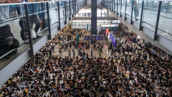 Manifestantes en el aeropuerto de Hong Kong - Sputnik Mundo