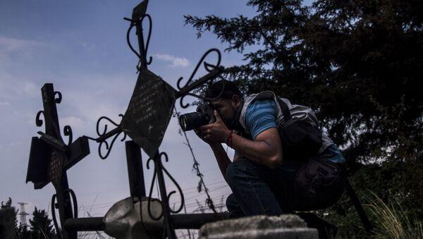 Armando Martínez, fotógrafo del periódico El Grafico, retrata un accidente automovilístico - Sputnik Mundo