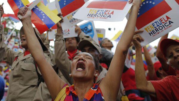 Сторонники венесуэльского правительства во время протеста против экономических санкций США в Каракасе  - Sputnik Mundo