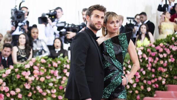 Miley Cyrus y Liam Hemsworth en MET Gala en 2019 - Sputnik Mundo