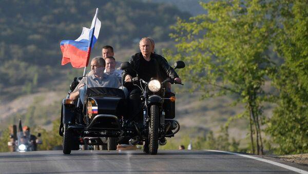El presidente ruso, Vladímir Putin, llega en una moto a un espectáculo en Crimea - Sputnik Mundo