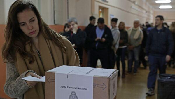 Una mujer votando en las primarias Argentinas - Sputnik Mundo