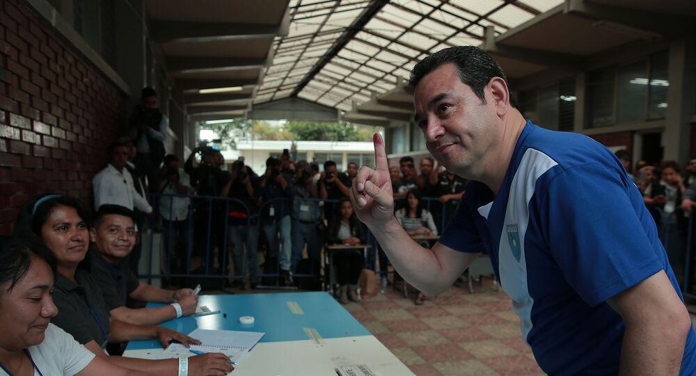 Jimmy Morales, presidente de Guatemala, votando a su sucesor