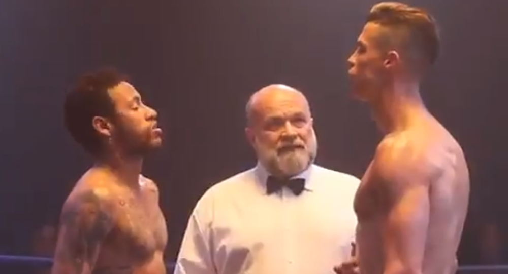 Neymar y Cristiano Ronaldo se enfrentan en un ring de boxeo