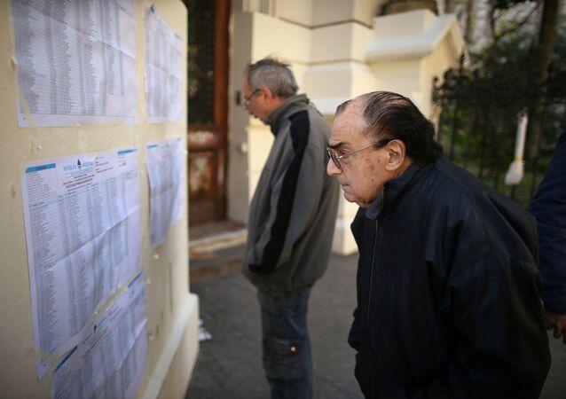 Un hombre observa las listas de votantes durante las elecciones primarias en Argentina