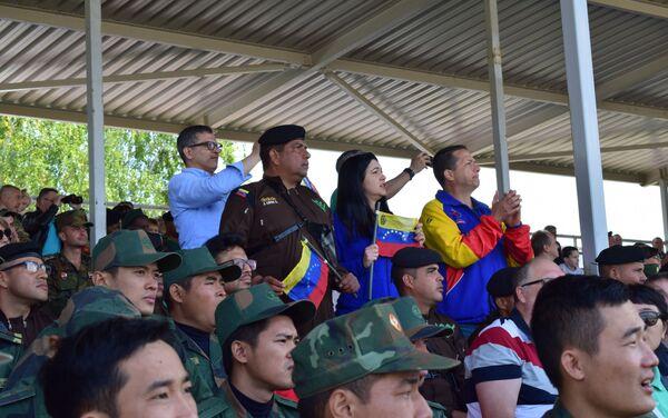 El embajador de Venezuela en Rusia, Carlos Rafael Faría, observando la actuación del equipo venezolano - Sputnik Mundo