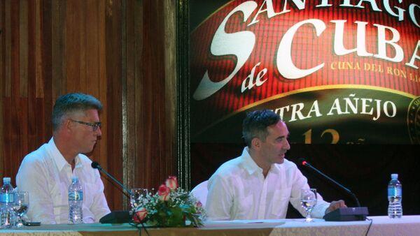 El presidente de Producción y Compras Globales de Diageo, David Cutter, y el presidente de la nueva empresa mixta Ron Santiago S.A., Lucas Cesarano  - Sputnik Mundo