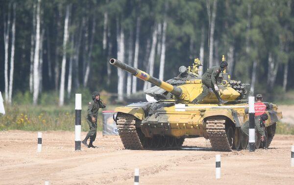 Los militares venezolanos operan el tanque T-72B3 durante las maniobras en los Army Games 2019 - Sputnik Mundo