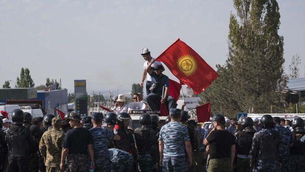 Partidarios del presidente kirguís Almazbek Atambáev - Sputnik Mundo