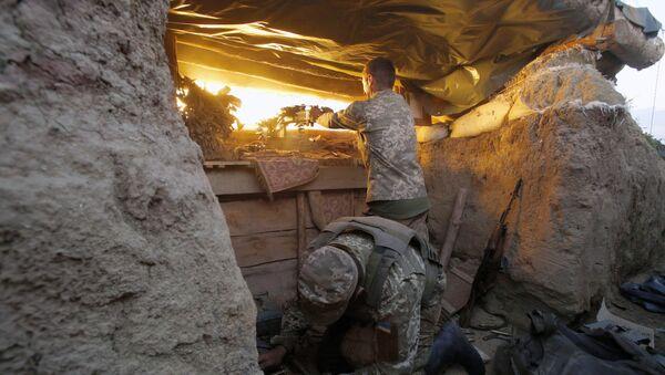 Un soldado ucraniano disparando hacia Donetsk - Sputnik Mundo