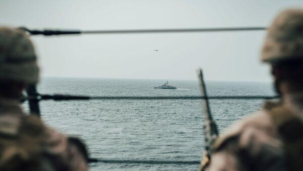 Los soldados estadounidenses vigilando el estrecho de Ormuz - Sputnik Mundo