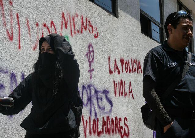 Manifestación exigiendo justicia por la violación tumultuaria de cuatro policías a una adolescente en Ciudad de México