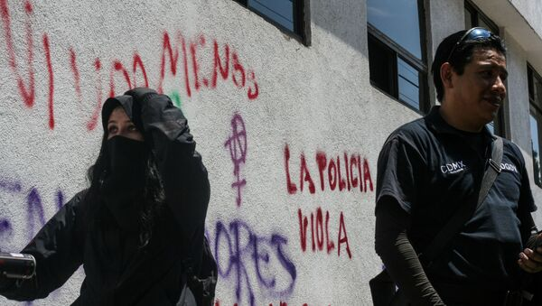 Manifestación exigiendo justicia por la violación tumultuaria de cuatro policías a una adolescente en Ciudad de México - Sputnik Mundo