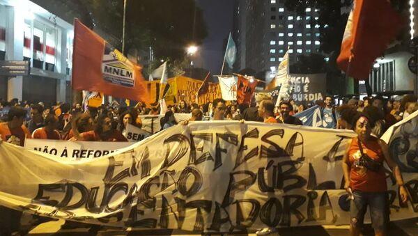 Protesta contra recortes en educación en Brasil - Sputnik Mundo
