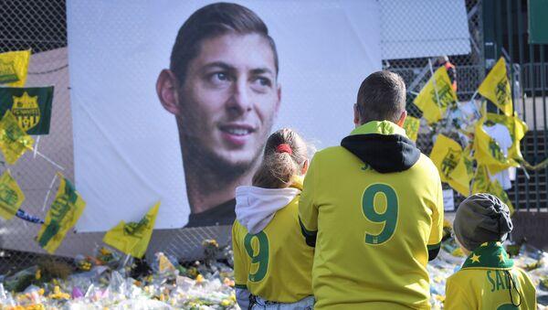 El homenaje al futbolista argentino Emiliano Sala - Sputnik Mundo