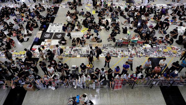 El aeropuerto de Hong Kong en medio de protestas - Sputnik Mundo