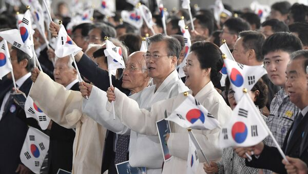 El presidente de Corea del Sur, Moon Jae-in, con la bandera de su país - Sputnik Mundo