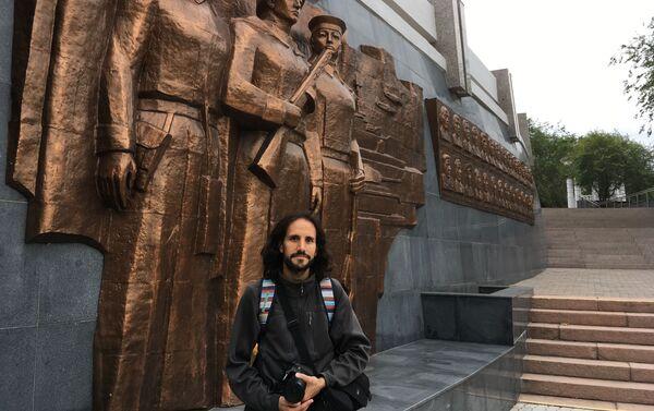 Pablo Badillo en Ulán-Udé, cerca del monumento a los participantes de la Gran Guerra Patria de la república de Buriatia - Sputnik Mundo