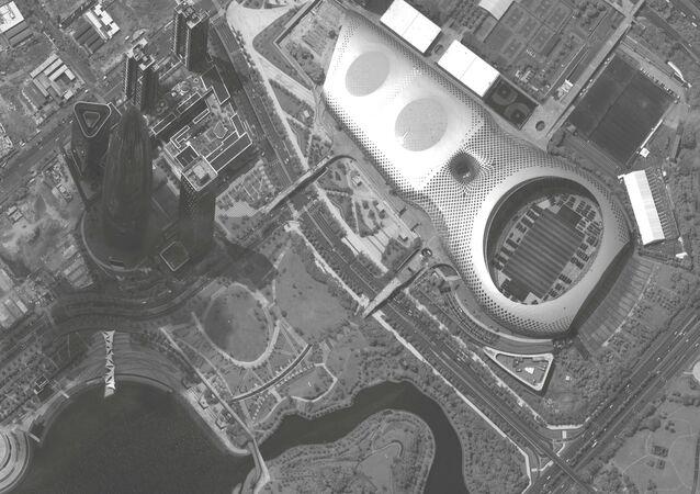 Imagen satelital muestra más de 500 vehículos militares chinos en un estadio de fútbol cerca de la frontera con Hong Kong