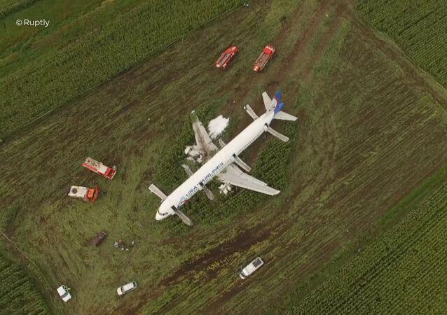 Un avión de pasajeros hizo un aterrizaje de emergencia en la región de Moscú