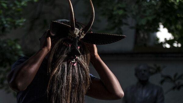 Hugo Arellanes, maestro mascarero, muestra una de las piezas que fabricó para la danza de los 'Diablos de Cuajuinicuilapa' en la costa chica del Estado de Guerrero - Sputnik Mundo