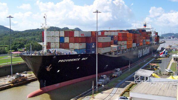 Un buque en el Canal de Panamá - Sputnik Mundo