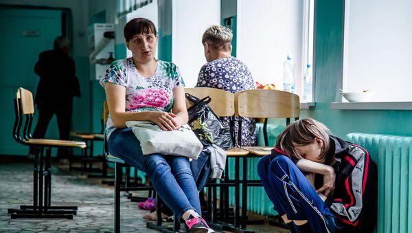 La gente evacuada tras una explosión en un arsenal militar de Áchinsk - Sputnik Mundo