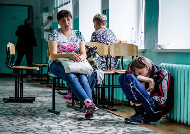 La gente evacuada tras una explosión en un arsenal militar de Áchinsk