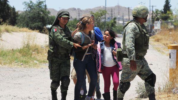 Los miembros de la Guardia Nacional Mexicána detienen a los migrantes centroamericanos - Sputnik Mundo