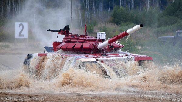 Un tanque ruso durante el Biatlón de Tanques - Sputnik Mundo