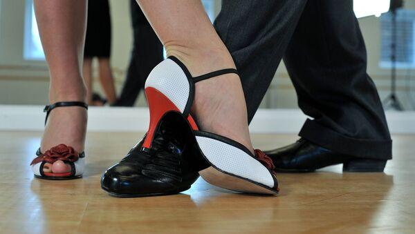 Una pareja bailando tango - Sputnik Mundo