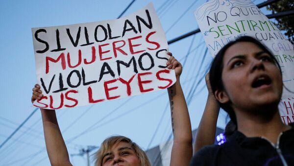 Si violan mujeres violamos sus leyes: la marcha feminista en México acaba en destrozos - Sputnik Mundo