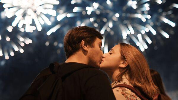Una pareja durante el Festival Internacional de Fuegos Artificiales Rostec 2018 (archivo) - Sputnik Mundo