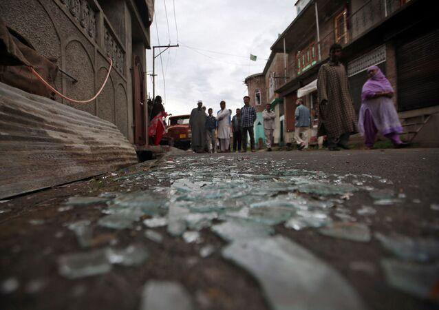 Cristales rotos en una calle en Cachemira