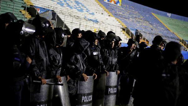 Policía hondureña en los disturbios previos al partido entre Olimpia y Moncagua en Tegucigalpa - Sputnik Mundo