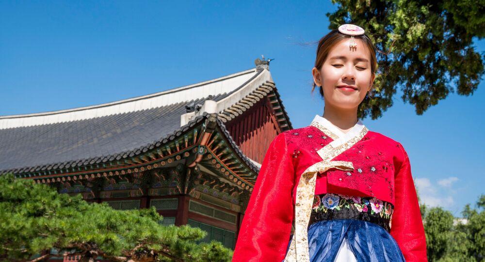 Una mujer coreana en traje tradicional