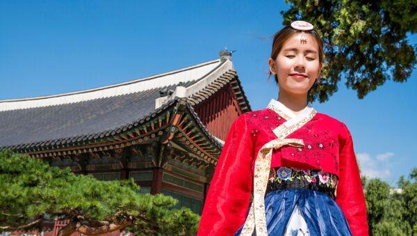Una mujer coreana en traje tradicional - Sputnik Mundo