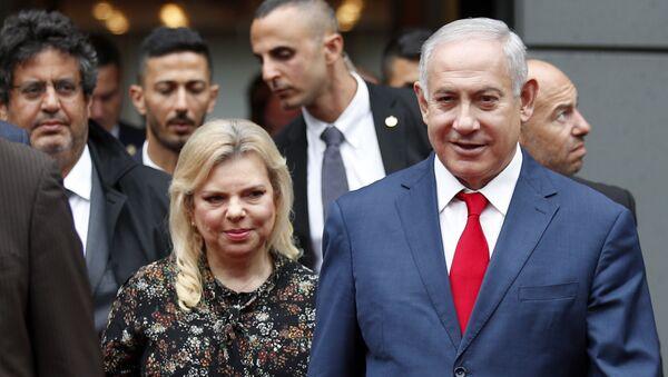 Benjamín Netanyahu,primer ministro de Israel, al lado de su esposa, Sara - Sputnik Mundo