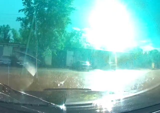El exacto momento en que un rayo impacta en una torre eléctrica